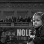 Fotografija je snimljena ispred Gradske skupstine u Beogradu u februaru 2008. godine prilikom doceka Novak Djokovica.Fotografija je dobila drugu nagradu za fotografiju na fotokonkursu Foto kluba Beograd pod nazivom Beograd je svet koji je zirirao Tomislav Peternek.