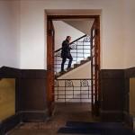 Fotografija je snimljena u Beogradu u ulazu jedne zgrade u Palmoticevoj ulici 23. februara 2014.g. Na slici je fotograf Stanko Abadzic iz Zagreba, koji je te veceri drzao predavanje u Foto klubu Beograd. Fotografija postoji i u crnobeloj verziji.