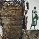Fotografija je sačinjena u Beogradu 25. januara 2014.g. Posvećena je sećanju na NATO bombardovanje Beograda. U prvom planu je bombama devastirana Zgrada Generalštaba, delo arhitekte Nikole Dobrovića, a u pozadini je Skulptura žene sa srpom, delo vajara Đorđa Jovanovića na Zgradi Ministasrtva inostranih poslova, koja je delo ruskog arhitekte Nikolaja krasnova.Žena drži SRP u ruci, srp kao simbol rada i svega onoga što iz njega proizlazi, kao što su kultura i civilizacija. Ona i danas stoji ponosno, kao da prkosi necivilizovanom aktu agresije na Srbiju i Beograd od strane NATO avijacije 1999. godine.