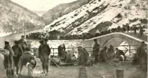 """Фотографија:  Пред """"Љум Кулом"""", путева више није било. По уским стазама даље су могли само војници и коњи."""