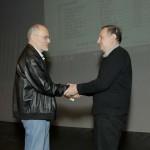 Miroslav Predojevic urucuje pohvalu Zoranu Milosevicu MF FSS/ AFIAP za osvojeno 9 mesto na listi 10 naj autora