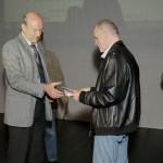 Edo Iglic prima nagradu za osvojeno 4 mesto na listi 10 naj autora